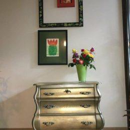 Komoda i dvije stolice